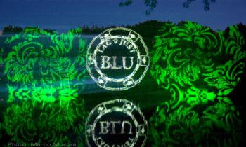Projektion von Logos und Texten auf das Laub von Pflanzen