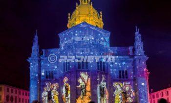 Como-Kathedrale mit Projektion von heiligen Bildern und Sternenhimmel