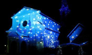 Weihnachtsdekorative Projektionen auf religiöse Gebäude