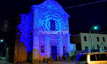 Dekorative Projektionen, um die Fassaden der Kirchen in Licht zu kleiden