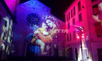 Projektion heiliger Bilder auf die Fassade der Kirche in Como